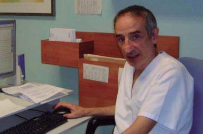 El Dr. Espinal en su consulta del hospital Universitario de Donostia